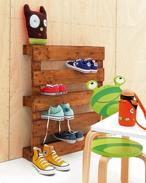 A simple wooden pallet has slits that perfectly fit shoes.