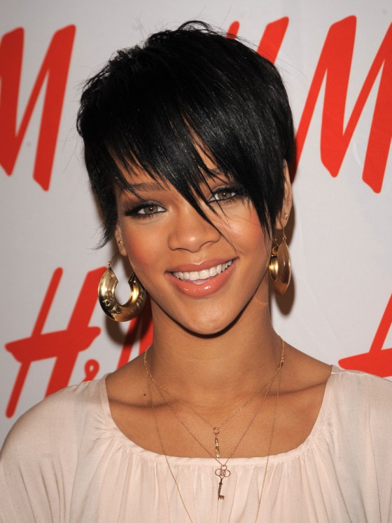Short-hairstyle-with-fringe-from-singer-Rihanna6-560x746