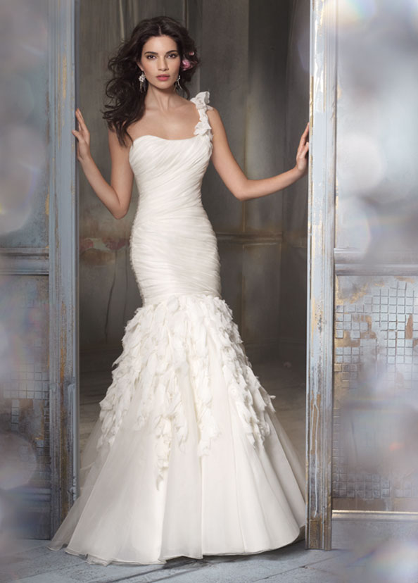 365de36724670eb2_one-shoulder-wedding-dress