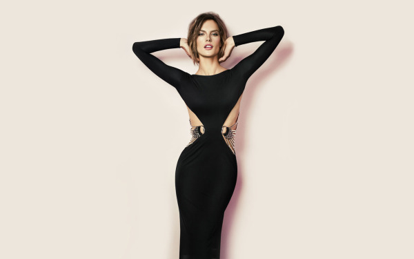 alessandra-ambrosio-stunning-in-black-dress-600x375