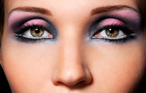 The sensual eyes, beautiful make up and bright colore
