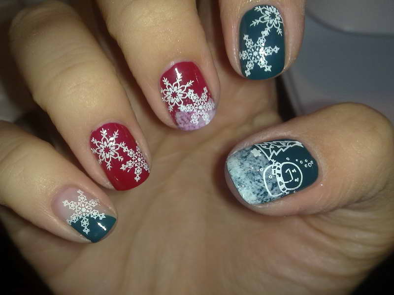 Christmas-Nail-Art-Designs-With-Snow-Flower-Motif