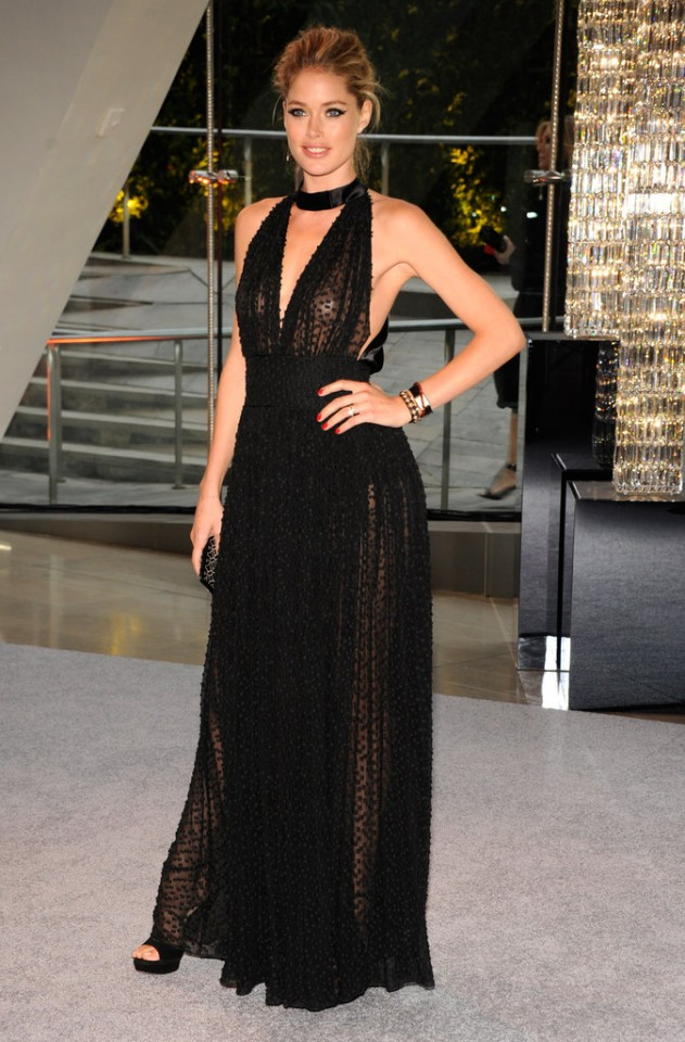 Doutzen-Kroes-opted-low-cut-black-Swiss-dot-gown-gold-jewelry-year-CFDA-Fashion-Awards-NYC
