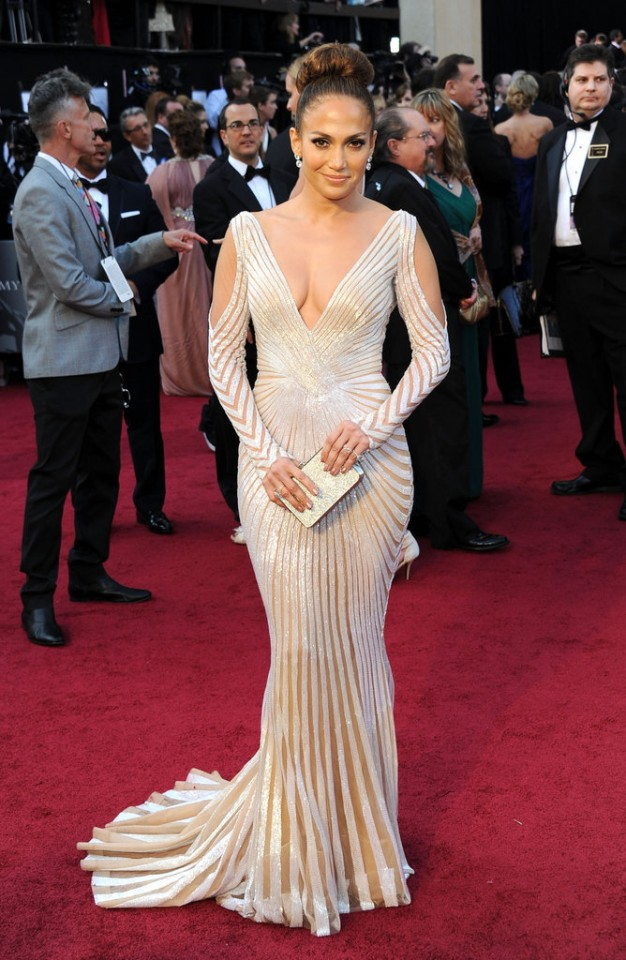 Jennifer-Lopez-turned-up-sexy-Academy-Awards-red-carpet-opting-high-wattage-glamour-silvery-Zuhair-Murad-gown