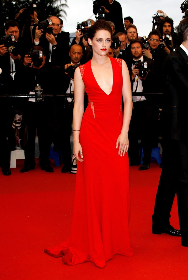Kristen-Stewart-posed-jaw-dropping-Reem-Acra-red-lips-match-Cosmopolis-premiere-Cannes
