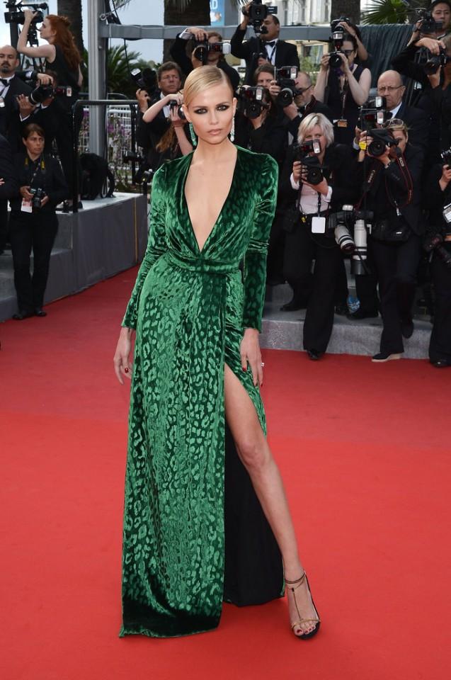 Model-actress-Natasha-Poly-showed-off-her-leg-via-one-seriously-striking-thigh-high-split
