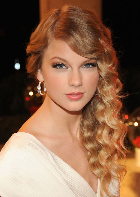 Taylor-Swift-Formal-Long-Blonde-Curly-Hairstyles