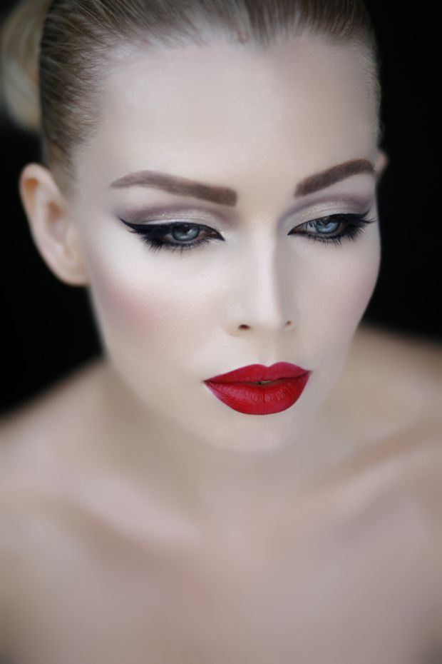 cat-eye-red-lips