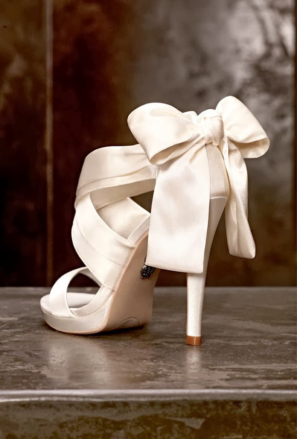 Bows are cute and girlish, wherever you add them, the effect will be cute and elegant, this is a classic symbol of preppy beauty. If you want to add a truly girlish feel to your bridal look, there's nothing more timeless and cool than a bow – in your hair, on your dress or maybe on the shoes.