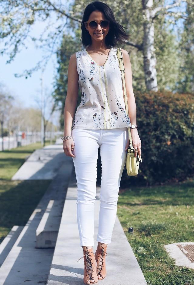 Veshje te perditshme ne kombinim me pantollona te bardhë