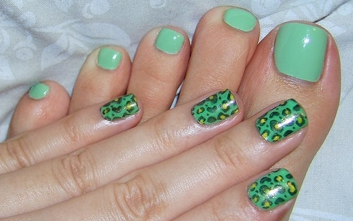 Design-of-manicure-and-pedicure-in-green
