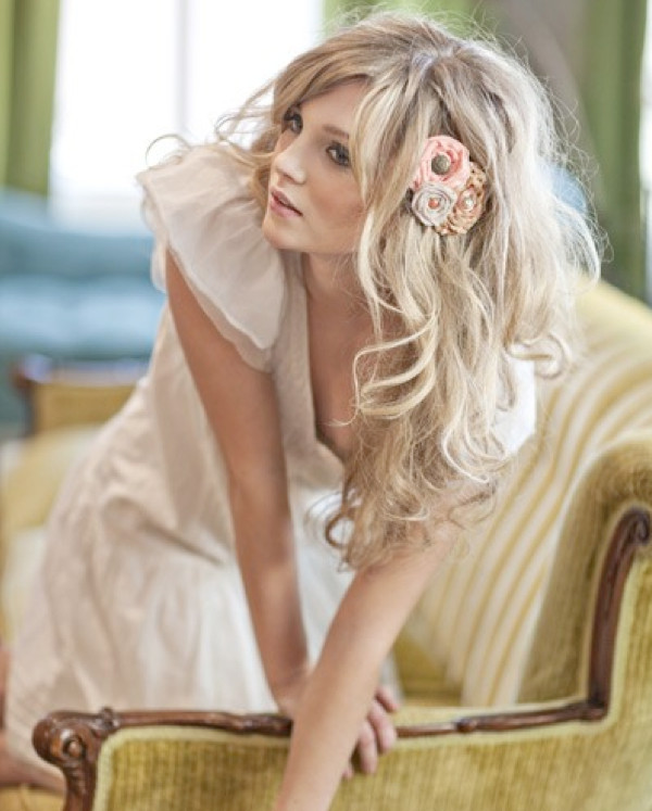 Loose-Wavy-Down-Wedding-Hairstyle-with-Floral-Brooch-in-Side