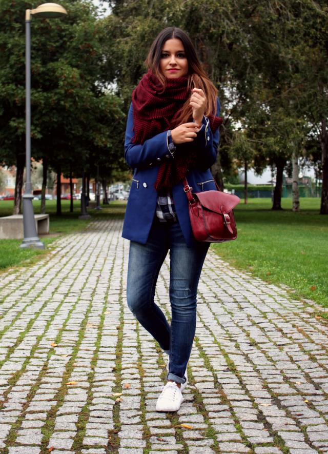camisa de cuadros, bufanda Zara, vaqueros y zapatillas