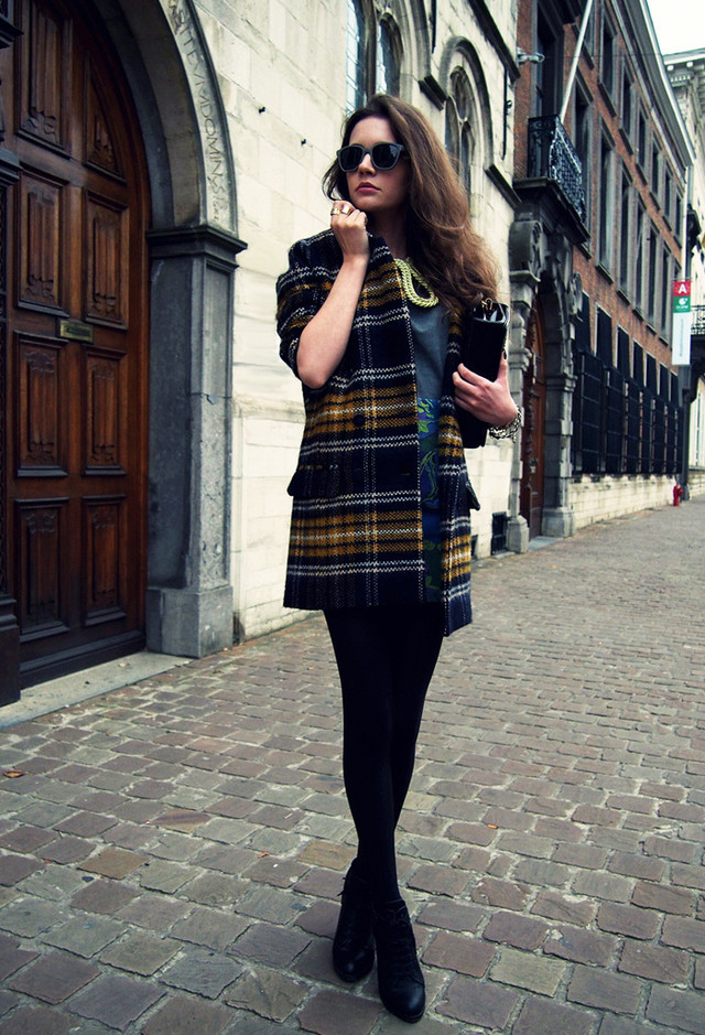 15 Stylish Winter Outfits With Tartan Coats