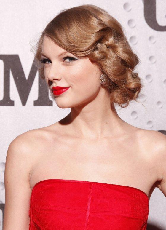 Taylor Swift updo 2012