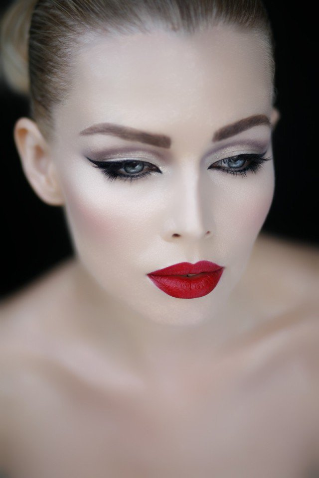 stylish-makeup-idea-with-red-lips