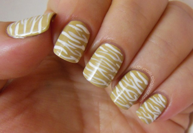 kalahari_zebra-stripe-nails_01