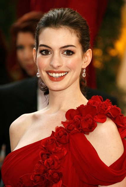 Anne-Hathaway-in-Marchesa-red-dress-chs2_thumb[3]