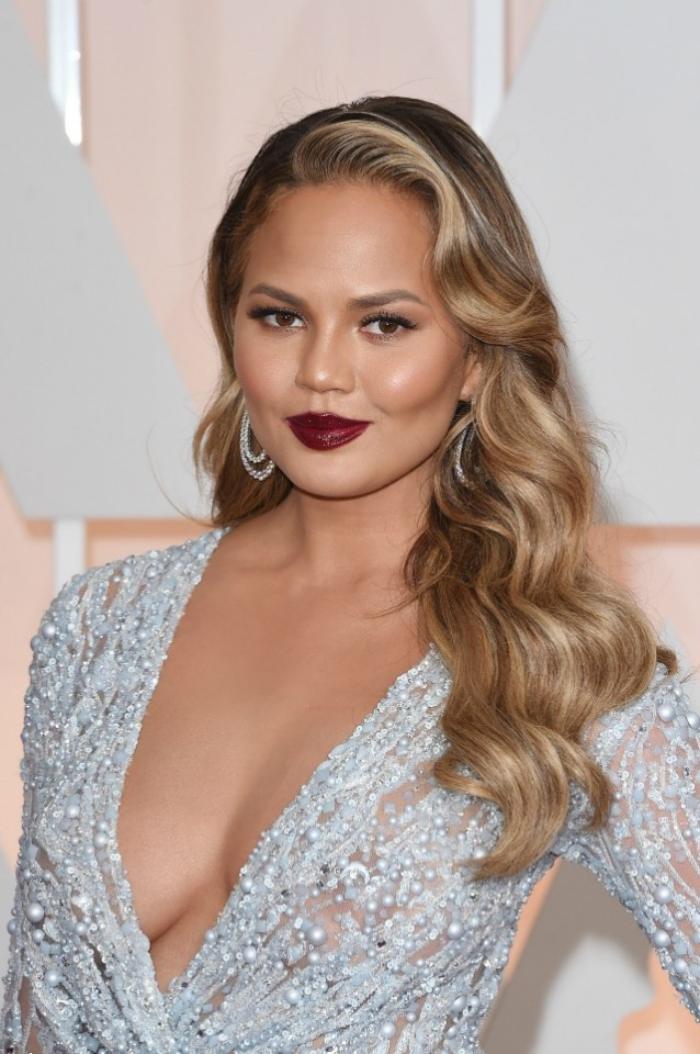 Chrissy-Teigen-2015-Academy-Awards-red-carpet-best-hair-and-makeup
