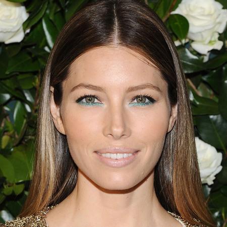 jessica-alba-blue-green-eye-makeup-glitter-eyeliner-christmas-makeup-trend_2
