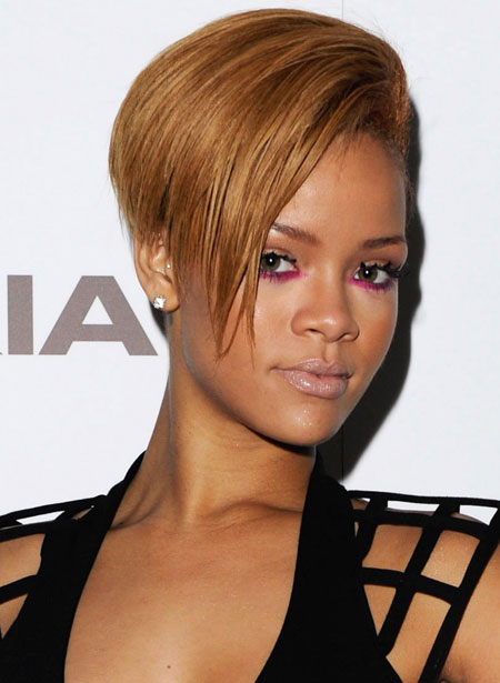 rihanna-with-fuchsia-eyeliner-and-spiky-lashes-at-nokia-launch-party-in-london