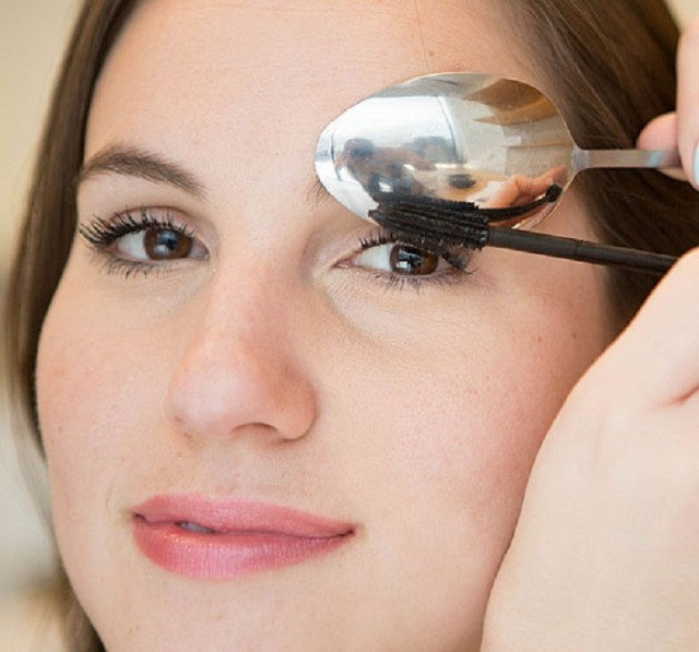 4.-Use-the-Spoon-to-Avoid-Mascara-Marks-on-Your-Upper-Eyelid