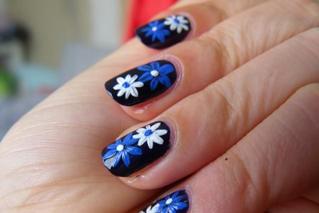 general-nail-art-polish-christmas-nail-art-toe-nail-art-gel-nail-art-diy-nails-interesting-flower-nail-art-design-with-blue-and-white-flower-color-in-black-nail-background-fingernail-designs-at-home