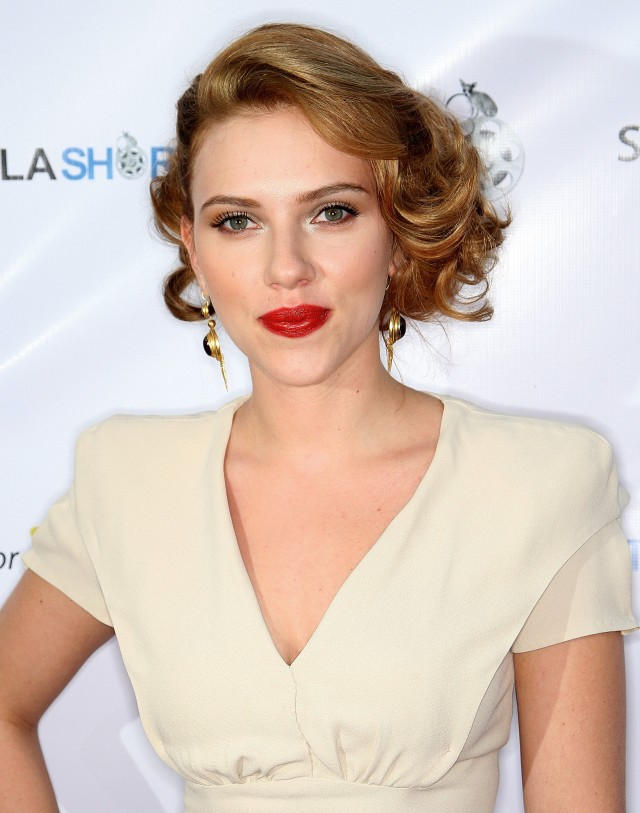 Trying-her-hand-Old-Hollywood-glamour-Scarlett-opted