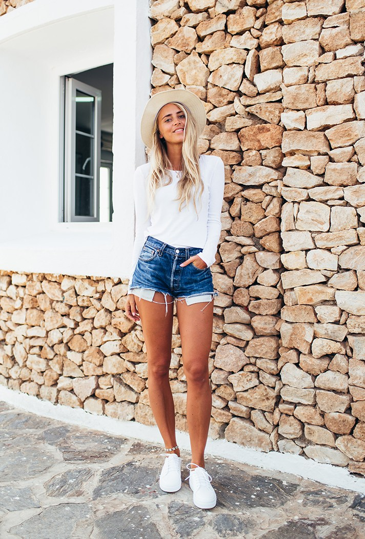 Classy and Beautiful Outfit Ideas with Denim Shorts and White Tops